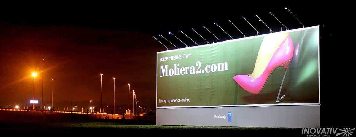 Baner reklamowy na autostradzie A2 oświetlony przez niezależne zasilanie